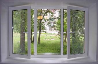 dve povorotno otkidnyh stvorki trehstvorchatogo okna